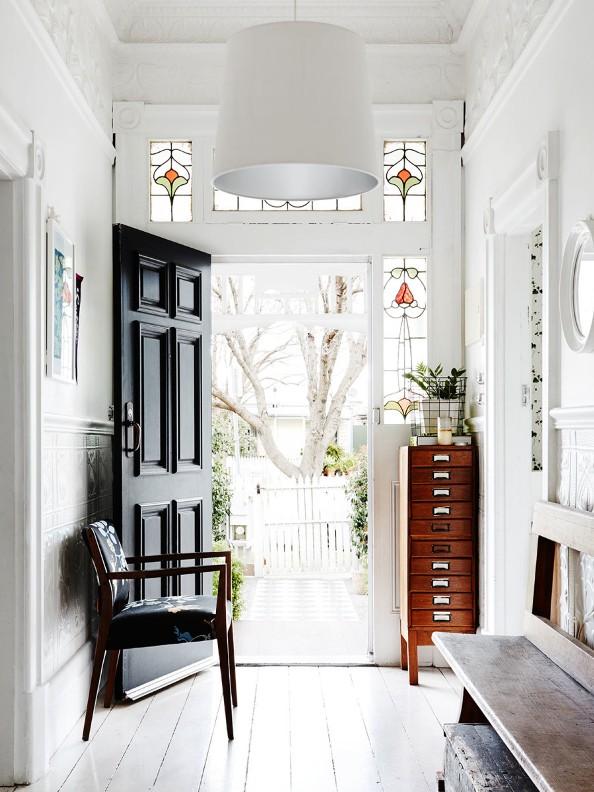 un interior decorado con piezas vintage
