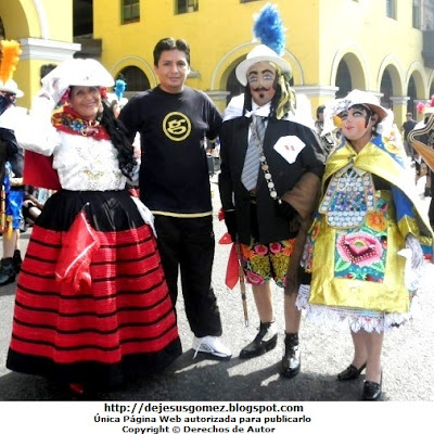 Foto del Príncipe o Chapetón posando junto a la Jaujina y la Huanca, personajes de la Tunantada (Plaza Mayor de Lima - Lima - Perú). Foto del Príncipe de Jesus Gómez