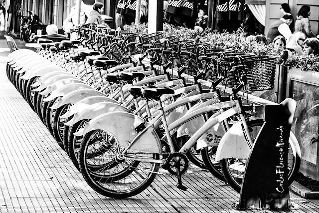 Puesto de bicicletas municipales en Recoleta.ByN