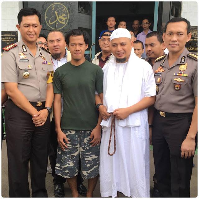 [Foto] Merinding... Beginilah Kondisi Nurul Fahmi Saat Dijemput KH M Arifin Ilham di Polres Jaksel