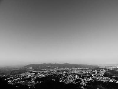 A morro no horizonte é a Borda da Cantareira, limite do bairro Jaraguá, fotografada a partir do mirante mais alto do Pico do Jaraguá.