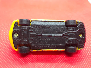 シボレー カマロ のおんぼろミニカーを底面から撮影