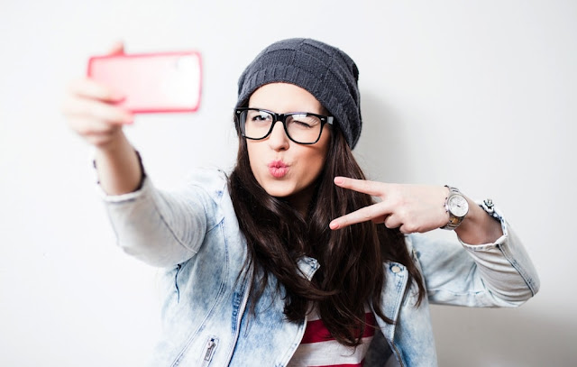 girl-taking-selfie-jpg.