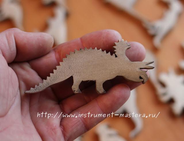 динозавр из дерева