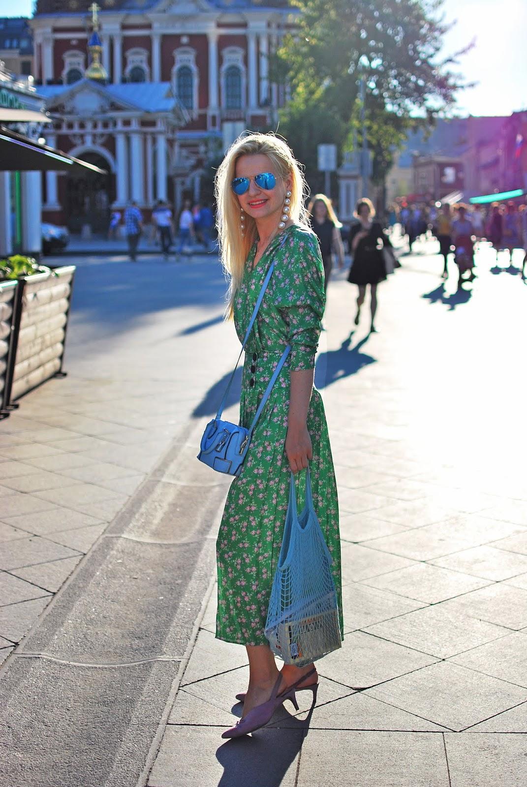 как носить авоську с платьем, модные образы на каждый день