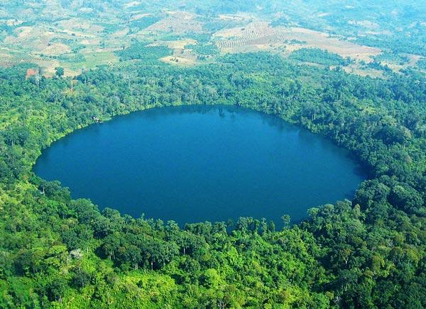Η πανέμορφη λίμνη δίπλα στην οποία δημιουργήθηκε μια «παιδούπολη της Φρειδερίκης» για τα ορφανά του πολέμου. Ένα μαγευτικό τοπίο στην Ηπειρο!