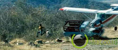 Pesawat Terbang Menabrak truk