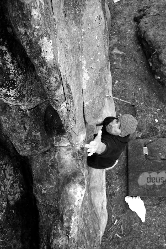 Olivier dans un jeté en 7a+, Rocher du Guetteur, Trois Pignons, (C) 2013 Greg Clouzeau