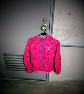 ドアノブに掛けられたピンクのウィンドブレーカー