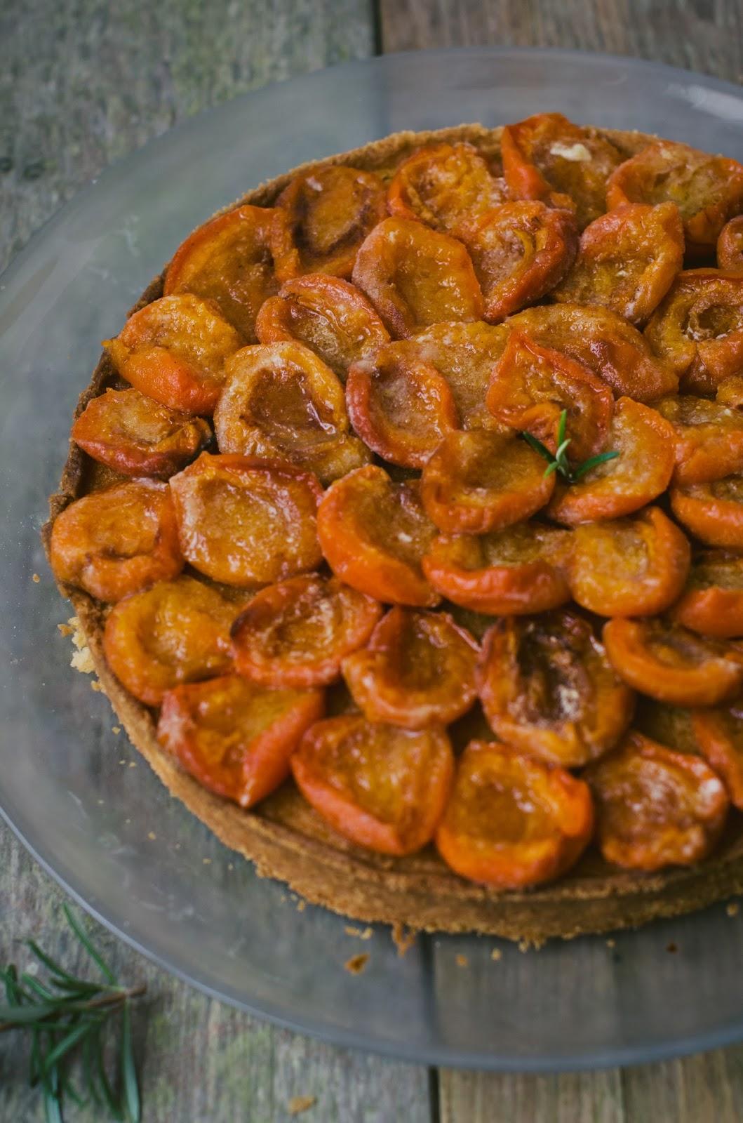 Tarte aux abricots rotis et au romarin