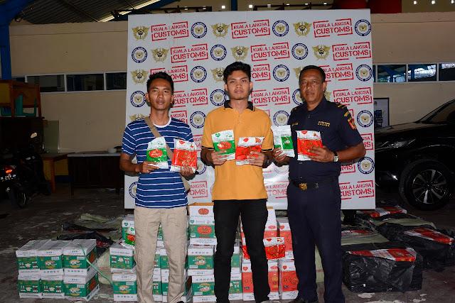 Satuan Tim Intel Korem 011/Lilawangsa berhasil menggagalkan penyelundupan Ratusan kotak berisikan Teh Ilegal merupakan produk dari Thailand, di Desa Upah, Kecamatan Bendahara, Kabupaten Aceh Tamiang, Provinsi Aceh, Kamis (3/1/2019).