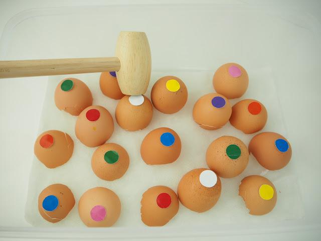 留下蛋殼再貼上標籤或塗顏色就可以玩的敲打遊戲很適合小小孩。