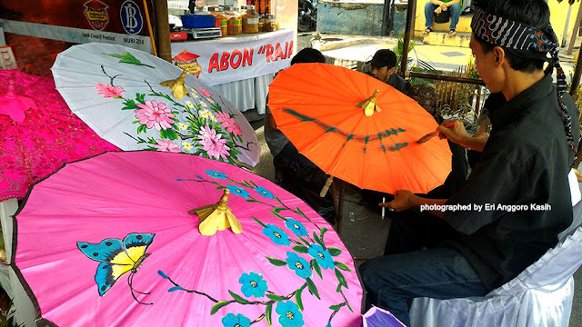 Payung geulis Tasikmalaya sebagai salah satu icon.