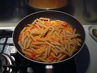 Pasta con peperoni e feta 5
