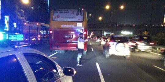 Truk Dan Bus Transjakarta Tabrakan Di Depan Slipi Jaya