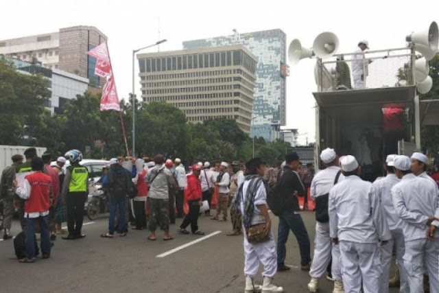 Massa Serukan Hakim Tolak PK Ahok