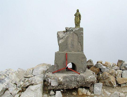 Figurka Jezusa na szczycie.