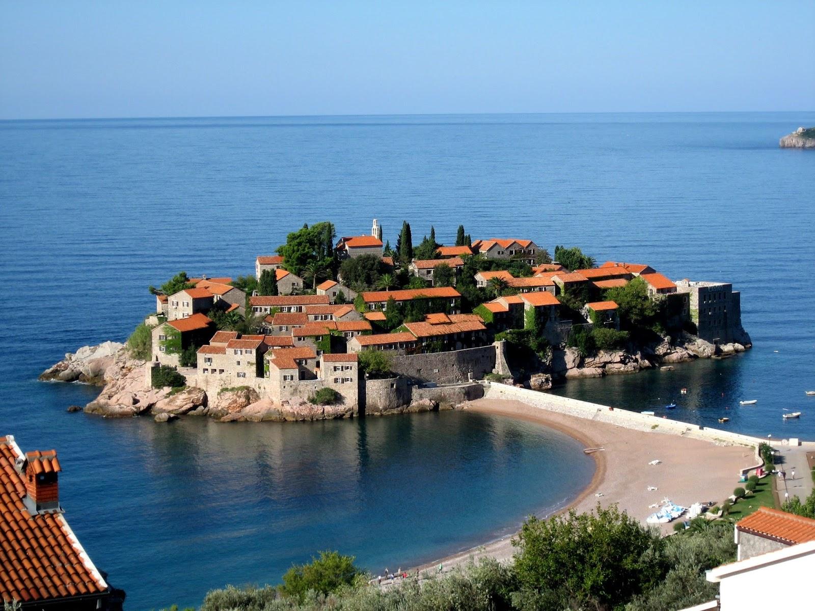 Da un'ora, probabilmente, sono già in Montenegro, a Budva .