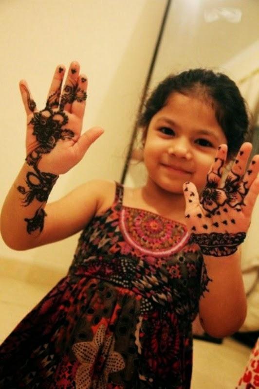 Foto anak perempuan pakai inai di tangannya cantik banget