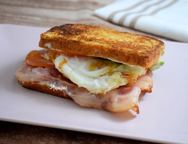 Sándwich de Aguacate, Bacon y Huevo Frito. Vídeo Receta