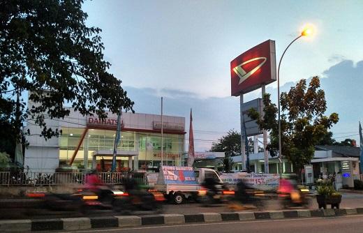 Mobil Daihatsu Sigra Showroom Ciledug Tangerang