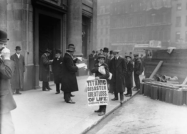 Niño vendiendo el periodico de la tragedia del Titanic en abril de 1912. Fotos insólitas que se han tomado. Fotos curiosas.