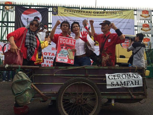 Massa Siap Buang Anggota DPR ke Gerobak Sampah, Tolak Angket