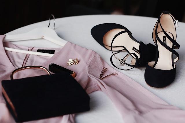 Stylizacja na wesele - różowa sukienka, granatowa torebka i granatowe buty ze złotymi dodatkami.