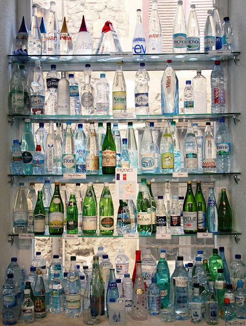 Bouteilles de différentes eaux de France, musée de l'eau, Pont-en-Royans.