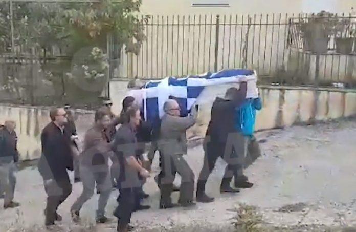 Βίντεο: Η σορός του Κωνσταντίνου Κατσίφα με την Ελληνική σημαία έφτασε στους Βουλιαράτες