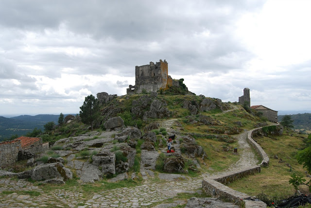 Vista panorámica del camino que lleva hasta la ermita y las ruinas del castillo de Trevejo