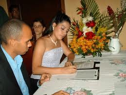 Foto de una pareja firmando en su matrimonio