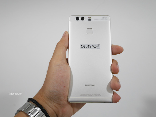 From the back, you could clearly see the dual lense on the Huawei P9