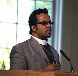 Carlton Pearson la un microfon de la o biserică - imagine preluată de pe wikipedia
