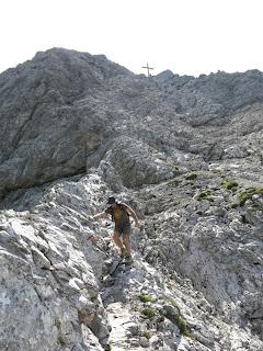 Aus dem steilen Gipfelbereich führt der Abstieg...