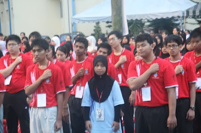 Some of the first year students of 7th College singing either the hostel or UM song. Yea, I am one of them, somewhere in the crowd at the back.