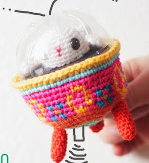 http://translate.google.es/translate?hl=es&sl=en&tl=es&u=http%3A%2F%2Fwww.thesunandtheturtle.com%2F2014%2F04%2FFree-Easter-bunny-in-colored-egg-spaceship-amigurumi-pattern.html