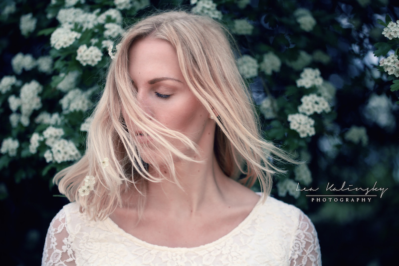 fliegende Haare mit Blumen Portrait