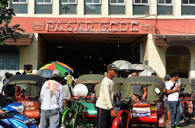Becak-becak di depan pasar Gede, Solo