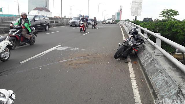 Kecelakaan Saat Naik Motor Baiknya Dilepas atau Lompat?
