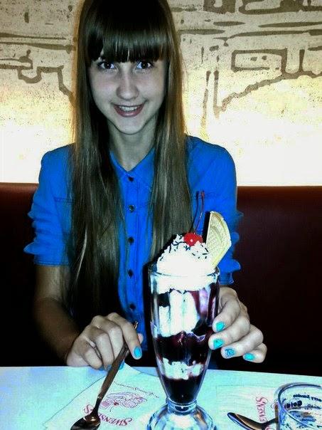 Девушка бизнесмен с мороженым