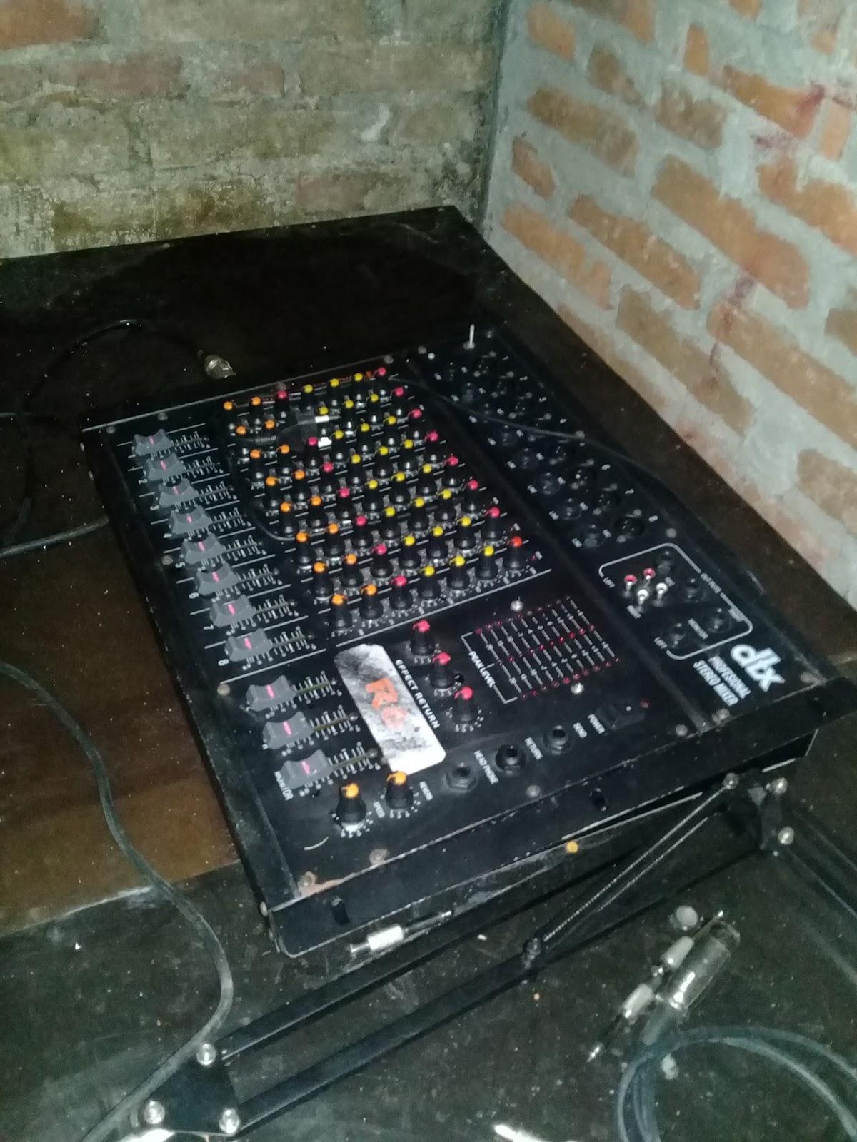 Di dunia audio dan sound system kita sudah tak asing lagi dengan alat yang bernama mixer Mixer adalah alat yang berguna untuk menyatukan beberapa sumber