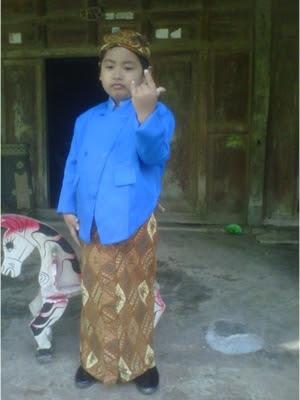 +Foto gambar anak gokil dengan memakai baju adat jawa lengkap