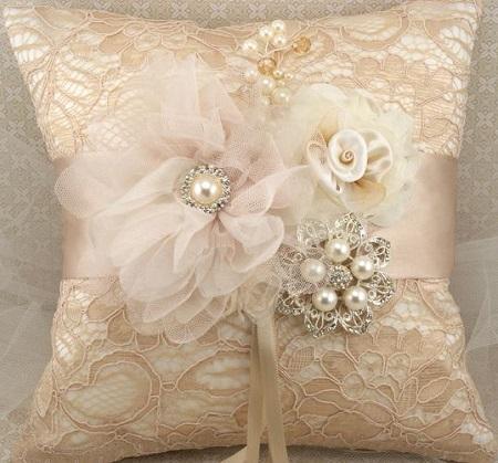 Decoração com almofada luxuosa customizada com pedrarias