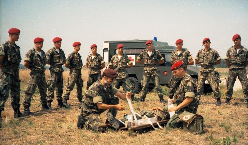5710dea02d09f ... Comandos e só era utilizada nas saídas operacionais (aparece aqui numas  fotos de demontração de instrução de socorrismo) foi entregue às futuras  tropas ...