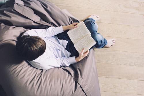 chico-leyendo-la-biblia