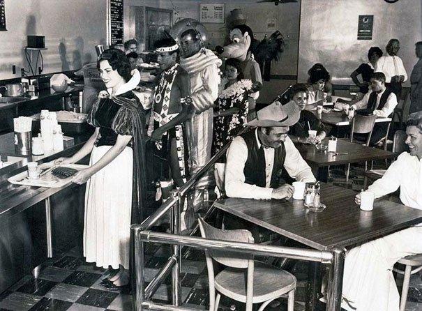 Cafetería solo para los empleados de Disney, foto tomada en el año 1961. Fotos insólitas que se han tomado. Fotos curiosas.