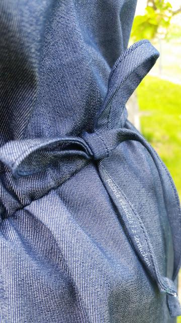Sznurek z jeansu wiązany w pasie