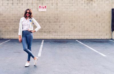 jeansy-kobieta-biala-koszula