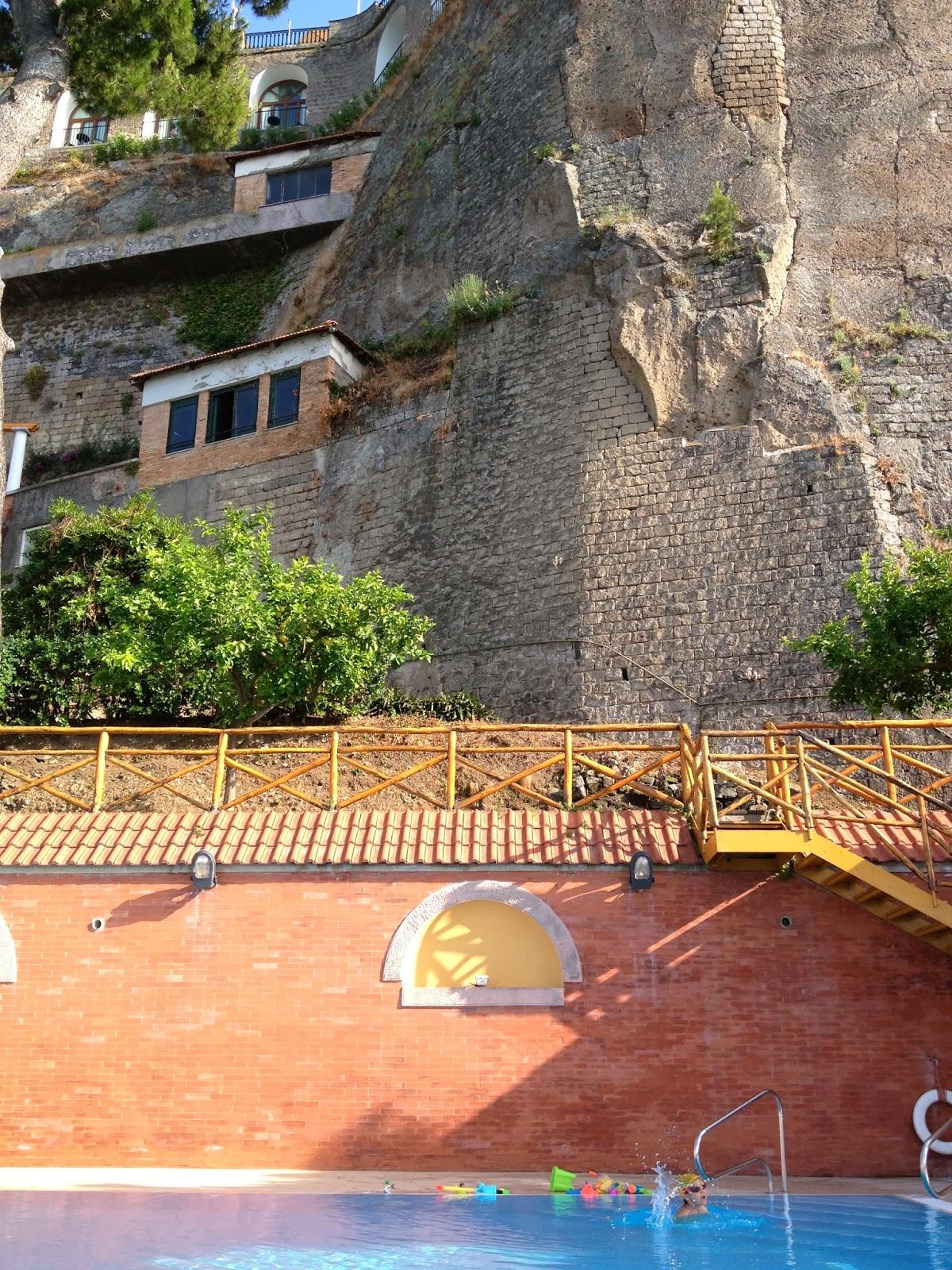Olha só os quartos do hotel no meio da pedra!